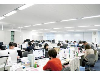 制作フロアです。意見交換やミーティングが活発に行われ、風通しの良い職場環境です。
