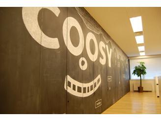 壁一面が黒板&キャビネットになっていて、クーシーロゴが描かれています。