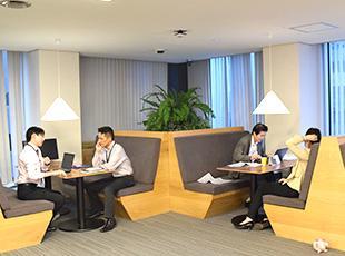 東京・五反田にある本社では、フリーアドレス制を導入。リラックスできる環境で業務に臨んでいます。
