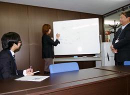 エンジニアの成長を最優先してプロジェクトをアサインするだけでなく、自社内での教育体制もあります。
