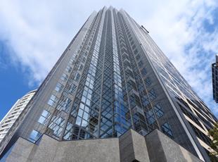 本社は西新宿の高層ビル。綺麗なオフィスが自慢です。