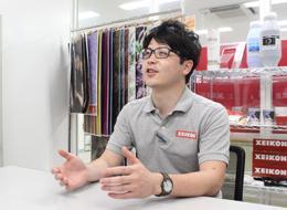 「少数精鋭だから1人ひとりの役割が大きく、やりがいを感じます」サービスエンジニア/松岡(入社2年目)