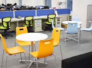 オシャレで色とりどりなオフィスが自慢です。