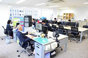 大阪本社は梅田都心エリアへ移転。広々とした開発ルームが待っています。