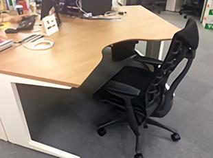 数十万円のイスを用意し、社員が快適に業務に取り組めるオフィス環境。