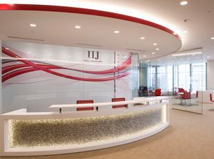 IIJグループの総合受付。商談や社内会議に使用されるミーティングルームも併設されています。
