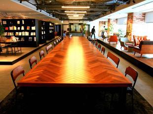 開発集中スペースを設置。コーヒーや軽食を販売するカフェも。