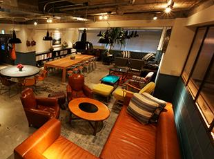 本社オフィスビルの共用スペースはクリエイター同士の憩いの場になっています。