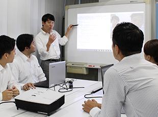 勉強会では、先輩エンジニアからの最新技術のレクチャーもあり、将来にかけて必要な知識を学べます。