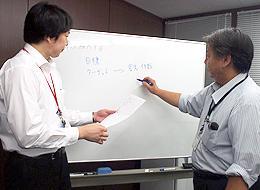社内での会議風景。営業同士の情報共有も重要なミッションのひとつです。