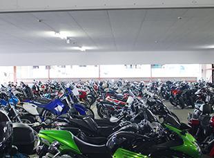 多種多様なバイクが物流センターに集います。社割制度があるため、ついつい衝動買いしてしまうことも…。