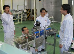 同じポジションの仲間はもちろん、役割を超えて機械の改善に全員で取り組んでいます。