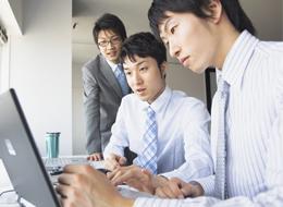 文系卒の学生や、事務職に就いている理工系出身者など、幅広いバックボーンを持った社員が活躍しています。