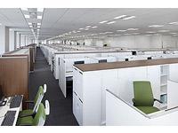 ホワイトと木目のブラウンを基調とした洗練されたオフィス。広々としたスペースで仕事に取り組めます。