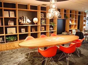 明るい雰囲気のMTGスペース。社内は木目調で統一され、居心地のいい空間が広がっています。