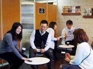仕事の合間や昼休みには、リフレッシュルームで一休み。