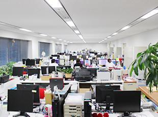 【柏駅から徒歩すぐ!】フロア吹き抜けで1人ひとりのスペースが広く見通しのよいオフィスです。