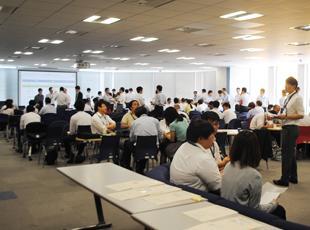 全社員の集まる全体会議。こうして年齢や役職関係なくディスカッションする場面が多いのが当社の特徴です。