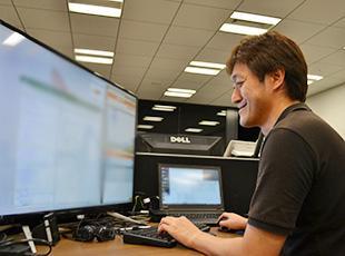 大型ディスプレイを設置しても余裕のある、広々としたデスクもエンジニアの希望によるものです!