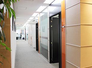 コーディネーターとの面談やカウンセリングで使用するミーティングスペースは、とてもスタイリッシュ。
