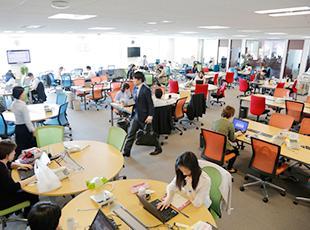 カラフルで清潔感のあるオフィススペース。オープンで風通しの良い社内です。