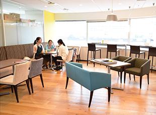 広々とした休憩スペースには、無料のスナックコーナーやオフィスコーヒーメーカーなど快適に過ごせます。
