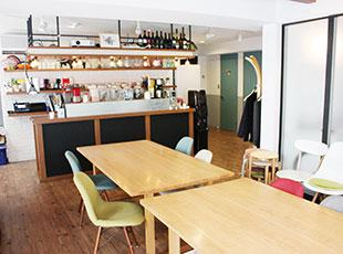 別館にはバーカウンター付きのスペースがあり、社内イベントなどが開催されます。