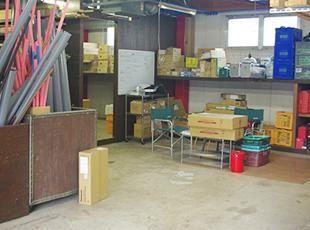 仕事現場で必要な道具を保管する倉庫。職人全員で、常にキレイな状態を保っています。