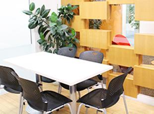 綺麗なオフィスも自慢の一つ。みんなでコーヒーを飲みながらリラックスできるスペースもあります。