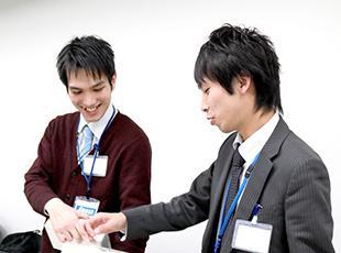 お互いにロールプレイングし合う研修など、座学だけでは学べない現場でのスキルが身に付く。