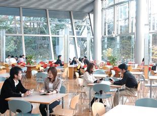カフェスペースも完備されている当社。仕事の合間にリフレッシュすることができます。
