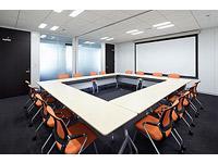 開放感のある会議室。コンサルタントとしてキャリアを築いていく熱意をお待ちしています。