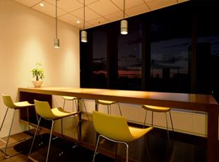 マーケティングノウハウと、戦略マネジメントコンサルティングのハイブリッドなサービスを提供。