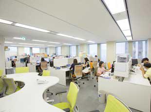 本社オフィスは新宿野村ビル10階。社員の居心地を考えたオフィスです。雨の日は駅から地下道で濡れません!