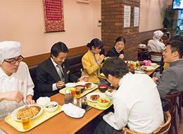 出勤スタッフでテーブルを囲みます。雑談したり、料理の品評会をしたりと、お話も盛り上がります。