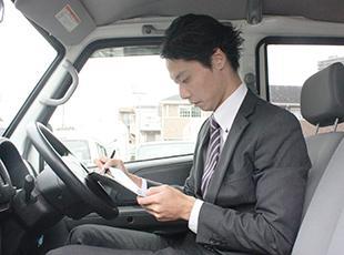 1人に1台与えられる営業車。大切な仕事道具が積まれており、アポイントの準備なども車内で行えます。