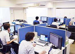 環境づくりの一貫として、オフィスの移転をおこないました。デスクの仕切りは社員の声を反映しています。