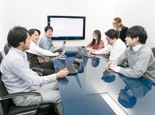 疑問点や不明点があった時、1人で行き詰まった時などは、気軽にチームの仲間に相談できる環境です。