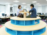 遊び心溢れるカラフルなオフィス。イラストやモニュメントが多数飾られたクリエイティブな職場環境。