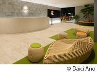 木のぬくもりや緑を感じられる柔らかな雰囲気のエントランスが、お客様をお迎えします。