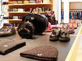 バッグや靴、帽子、時計・・・など、服以外でも様々なアイテムを扱っています。