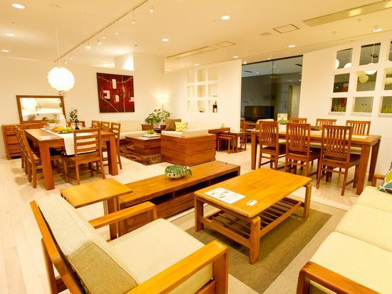 家具の良さを引き出すために、店舗の飾りつけにもこだわっています☆
