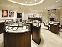 高級宝飾品を引き立たせる落ち着いた雰囲気の店内。店舗ディスプレイは店舗ごとにお任せしています。