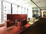 ワインレッドが印象的な応接室。ガラスで仕切られた様々なデザインのお部屋でお客様をお迎えします