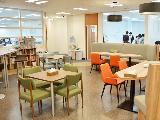 カフェスペース。蔵書は貸出が可能なほか、スナックコーナーなどもあり、社員の憩いの場になっています。