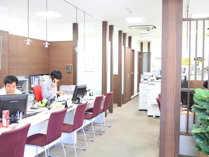 キレイで開放的なオフィス◎お客様だけではなく社員にとっても居心地の良い空間づくりをしています。