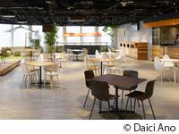 カフェを併設したオープンスペースでは、日々賑やかな声が響きます。