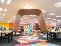オフィス内の机はすべて繋がっており、いたるところが曲がりくねった独特の形。全長はなんと250メートル!
