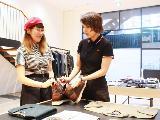 女性スタッフも多数活躍中。店長などの管理職にも女性社員がおり、長期的にキャリアを形成できます。