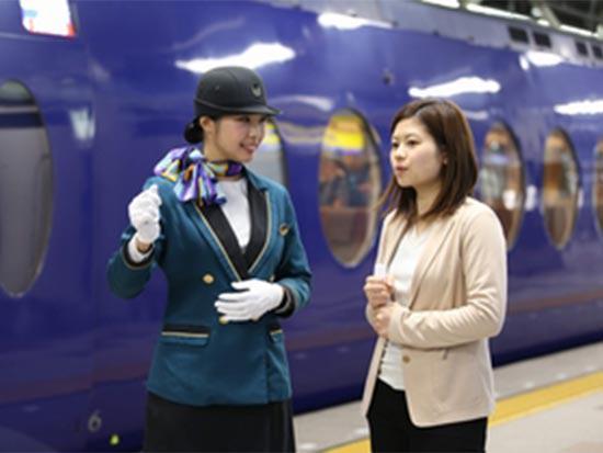 お客様の快適な旅をサポートするだけではなく、切符の発行や改札、ドアの開閉など業務は多岐に渡ります。